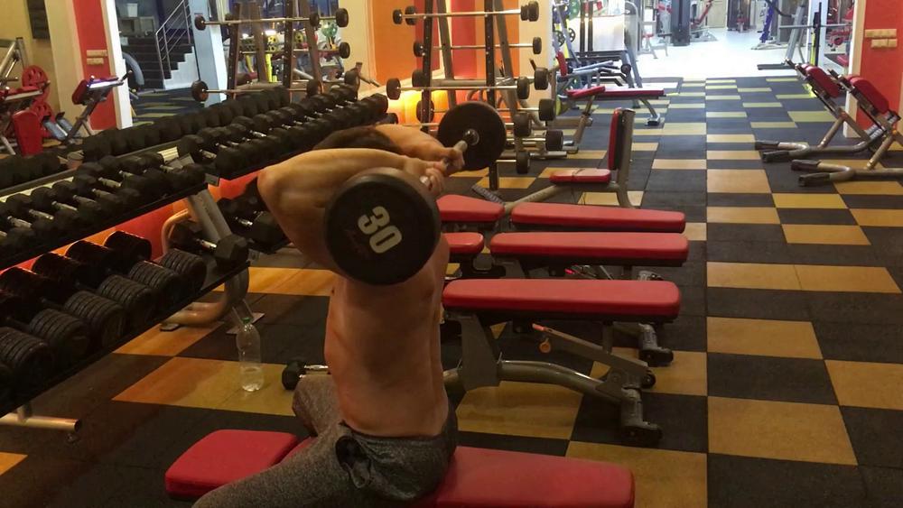 французский жим сидя упражнение на трицепс в тренажерном зале
