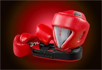 шлем и боксерские перчатки из кожи