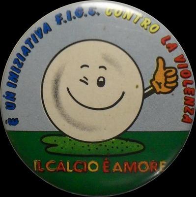 Значок Итальянская федерация футбола против насилия. Футбол и любовь.