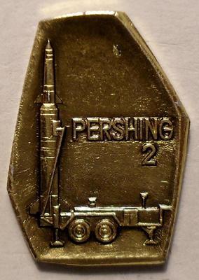 Значок Баллистическая ракета средней дальности США Першинг-2. Золотистый.